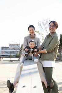 公園で遊ぶ父親と赤ちゃんの写真素材 [FYI04087335]