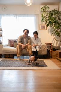 室内でくつろぐ3人家族の写真素材 [FYI04087350]