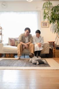 室内でくつろぐ3人家族の写真素材 [FYI04087352]