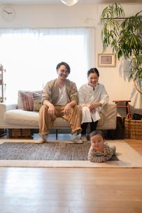 室内でくつろぐ3人家族の写真素材 [FYI04087353]