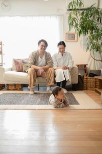 室内でくつろぐ3人家族の写真素材 [FYI04087354]