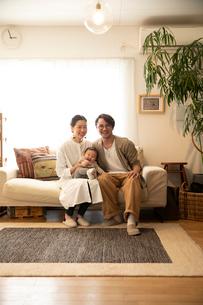 室内でくつろぐ3人家族の写真素材 [FYI04087358]