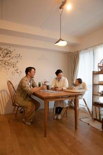 室内でくつろぐ3人家族の写真素材 [FYI04087363]