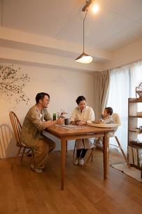 室内でくつろぐ3人家族の写真素材 [FYI04087364]
