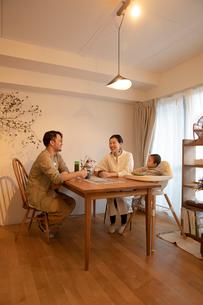 室内でくつろぐ3人家族の写真素材 [FYI04087370]