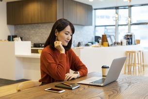 ノートパソコンを見る日本人ビジネス女性の写真素材 [FYI04087426]