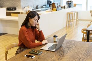 ノートパソコンを操作する日本人ビジネス女性の写真素材 [FYI04087427]