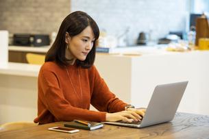 ノートパソコンを操作する日本人ビジネス女性の写真素材 [FYI04087429]