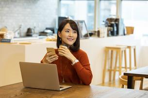 コーヒーを持つ日本人ビジネス女性の写真素材 [FYI04087430]