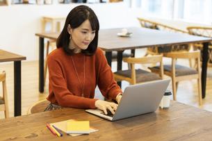ノートパソコンを操作する日本人ビジネス女性の写真素材 [FYI04087432]