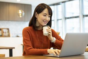 ノートパソコンを操作する日本人ビジネス女性の写真素材 [FYI04087433]