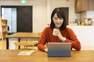 タブレットPCを見る日本人ビジネス女性の写真素材 [FYI04087434]