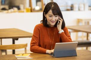 スマートフォンで通話する日本人ビジネス女性の写真素材 [FYI04087437]