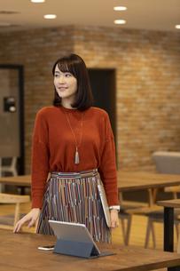 オフィスを歩く日本人ビジネス女性の写真素材 [FYI04087438]