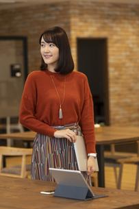オフィスを歩く日本人ビジネス女性の写真素材 [FYI04087439]