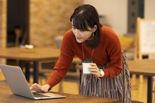 ノートパソコンを操作する日本人ビジネス女性の写真素材 [FYI04087440]