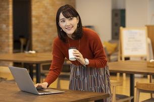 ノートパソコンを操作する日本人ビジネス女性の写真素材 [FYI04087441]