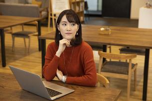考え事をする日本人ビジネス女性の写真素材 [FYI04087442]