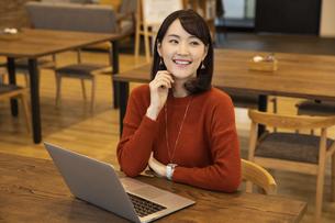 笑顔の日本人ビジネス女性の写真素材 [FYI04087443]