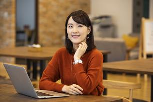 考え事をする日本人ビジネス女性の写真素材 [FYI04087445]