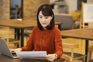 資料を見る日本人ビジネス女性の写真素材 [FYI04087446]