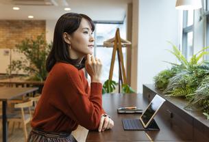 考え事をする日本人ビジネス女性の写真素材 [FYI04087447]