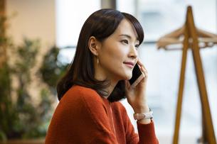 スマートフォンで通話する日本人ビジネス女性の写真素材 [FYI04087449]