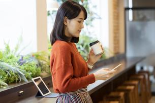 コーヒーを持つ日本人ビジネス女性の写真素材 [FYI04087451]