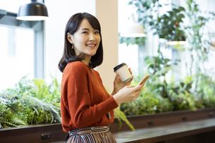 コーヒーを持つ日本人ビジネス女性の写真素材 [FYI04087453]