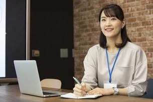 スケジュールを確認する日本人ビジネス女性の写真素材 [FYI04087456]