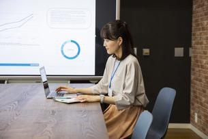 ノートパソコンを操作する日本人ビジネス女性の写真素材 [FYI04087457]