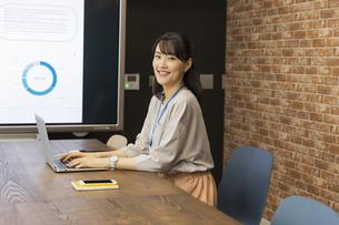 ノートパソコンを操作する日本人ビジネス女性の写真素材 [FYI04087458]