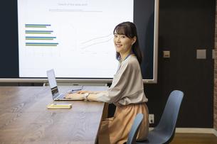 ノートパソコンを操作する日本人ビジネス女性の写真素材 [FYI04087459]