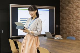 タブレットPCを操作する日本人ビジネス女性の写真素材 [FYI04087462]