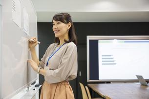 ホワイトボードに書く日本人ビジネス女性の写真素材 [FYI04087473]