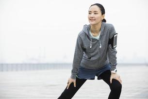 ジョギング中の日本人女性の写真素材 [FYI04087474]