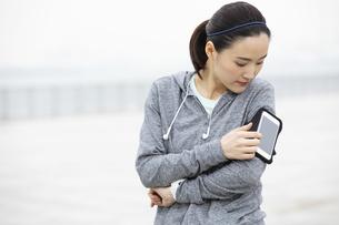 ジョギング中の日本人女性の写真素材 [FYI04087475]