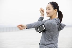 ジョギング中の日本人女性の写真素材 [FYI04087476]