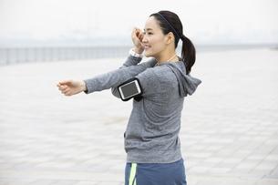 ジョギング中の日本人女性の写真素材 [FYI04087477]