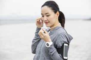 ジョギング中の日本人女性の写真素材 [FYI04087478]