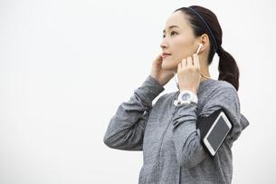ジョギング中の日本人女性の写真素材 [FYI04087479]