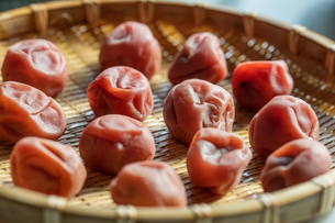 Umeboshi,Japanese salt plums on bamboo basket.の写真素材 [FYI04087480]