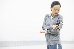 ジョギング中の日本人女性の写真素材 [FYI04087481]