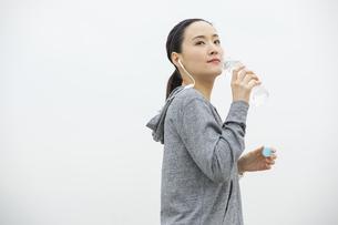 ミネラルウォーターを飲む日本人女性の写真素材 [FYI04087482]