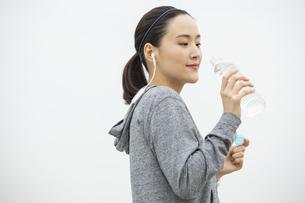 ミネラルウォーターを飲む日本人女性の写真素材 [FYI04087483]