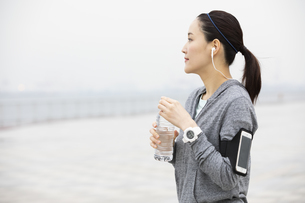 ミネラルウォーターを飲む日本人女性の写真素材 [FYI04087484]