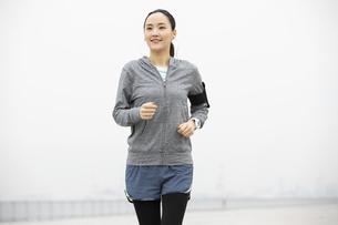 ジョギングをする日本人女性の写真素材 [FYI04087485]