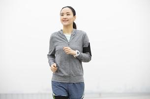 ジョギングをする日本人女性の写真素材 [FYI04087486]