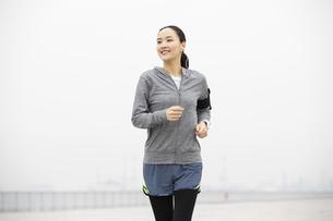 ジョギングをする日本人女性の写真素材 [FYI04087487]