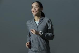 ジョギングをする日本人女性の写真素材 [FYI04087488]